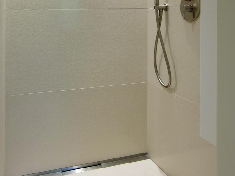 Wannenbad mit Gräsern - Dusche mit Duschrinne