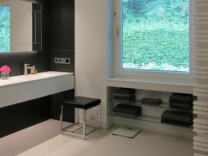 Wannenbad mit Gräsern - Waschplatz und Handtuchregale