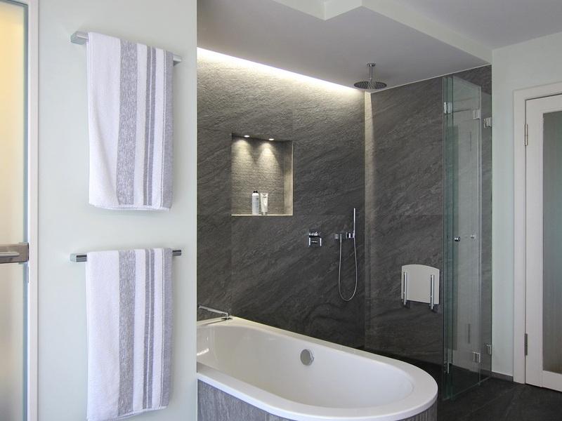 Badsanierung - Duschabtrennung geöffnet