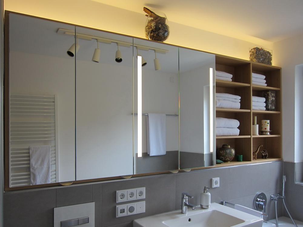 Großer Spiegelschrank im Neubaubad