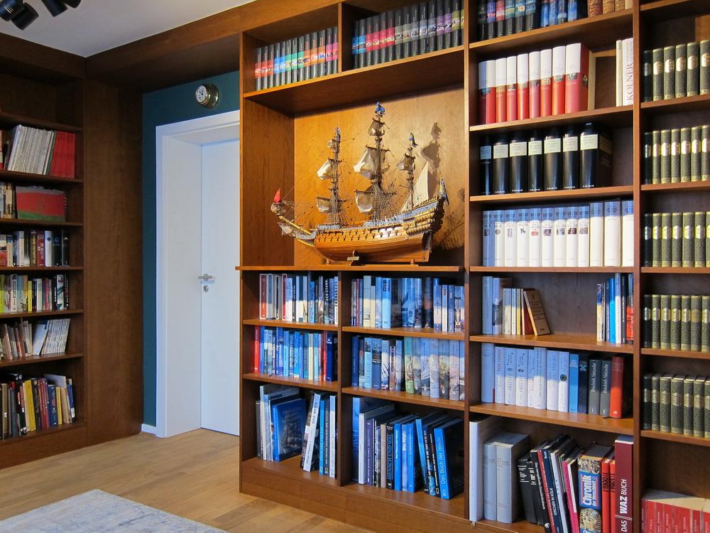 Bibliothek unterm Dach - Blick zur Tür