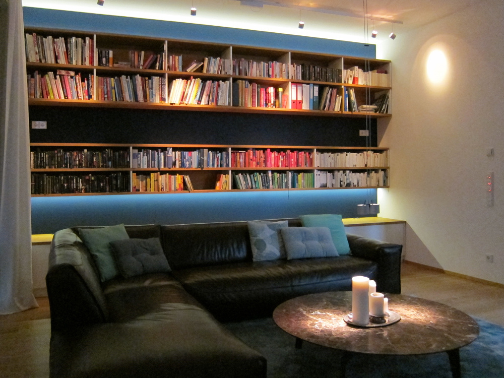 Raumhohe Bücherwand bei Nacht