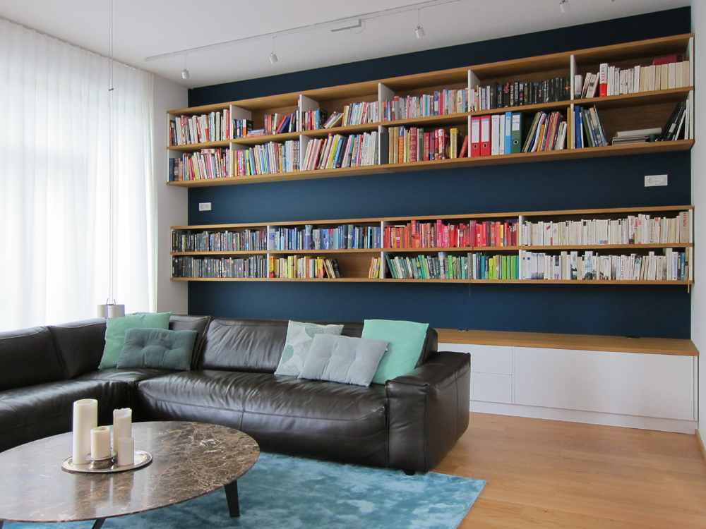 Raumhohe Bücherwand am Tag