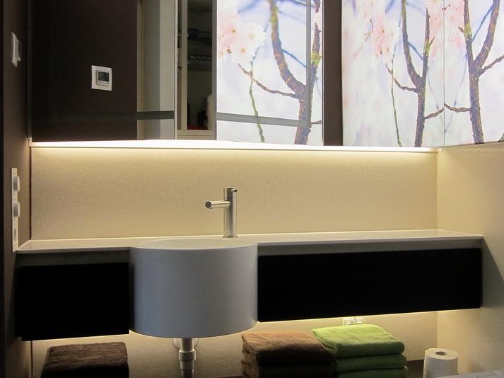 Duschbad mit Kirschblüten - Spiegelschrank geöffnet