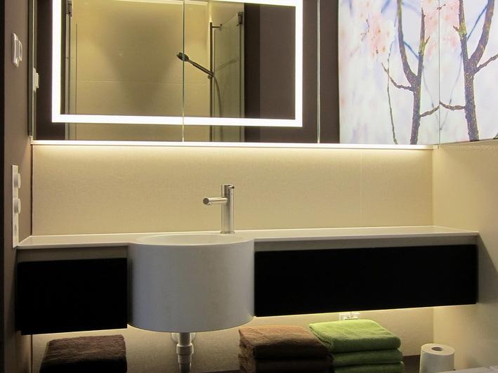 Duschbad mit Kirschblüten - Spiegelschrank