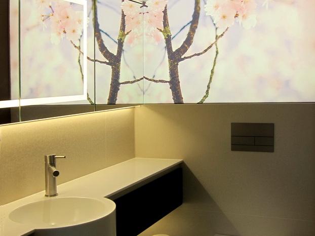 Duschbad mit Kirschblüten - beleuchtet