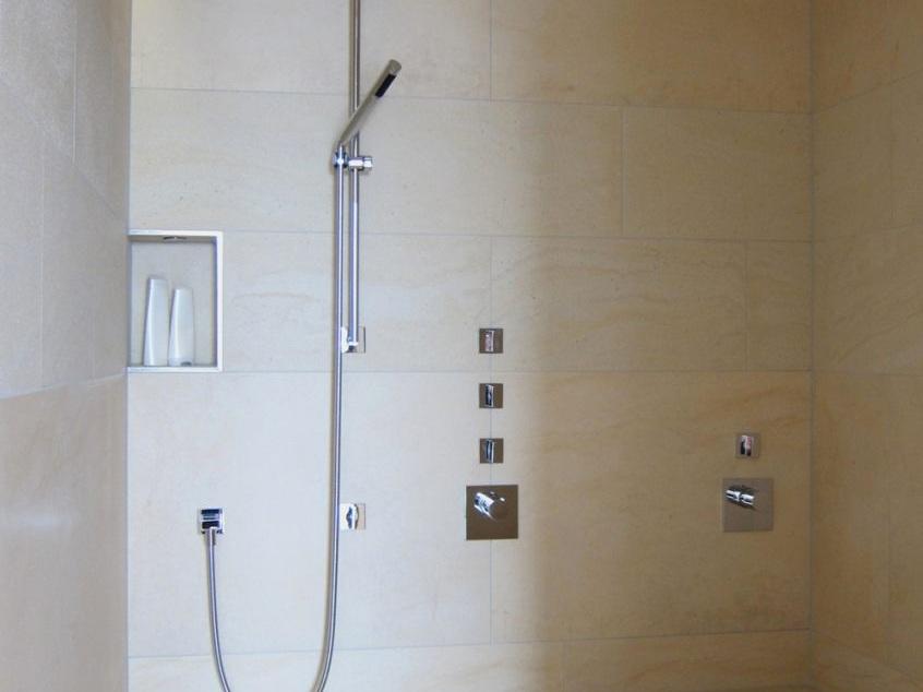 Luxusbad im Penthouse - Duschraum mit beheizter Liegebank
