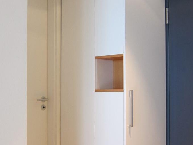 Garderobenschrank in der Ecke