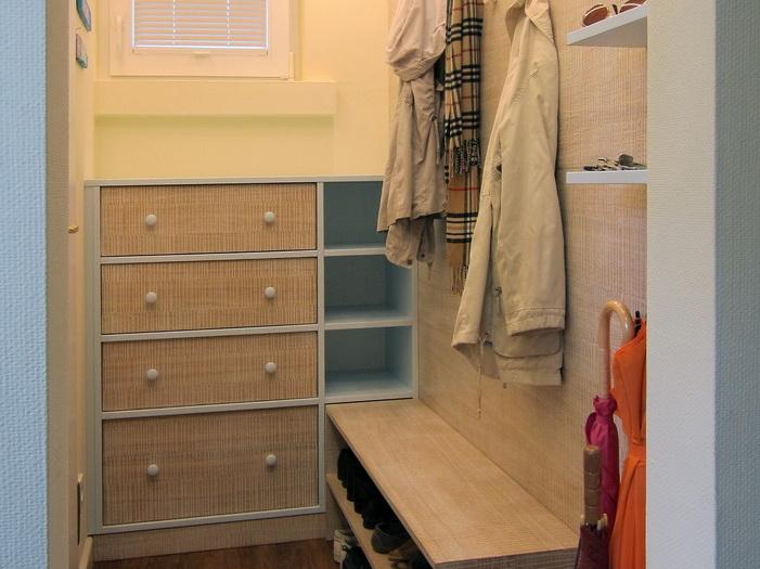 Kleiner Garderobenraum mit Kommode