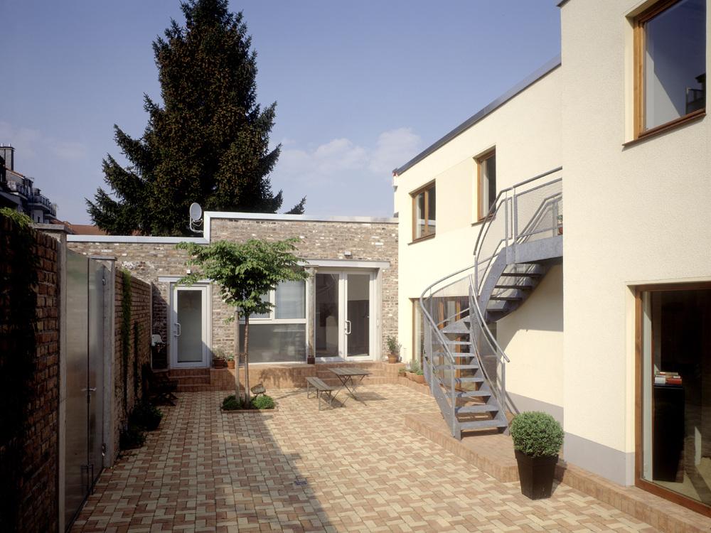 Wohnhaus mit Büro / Atelier mit Gästewohnung - Innenhof