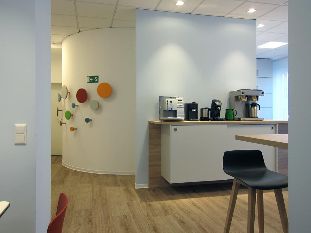 Sozial- und Seminarraum - Kaffeestation und Garderobe