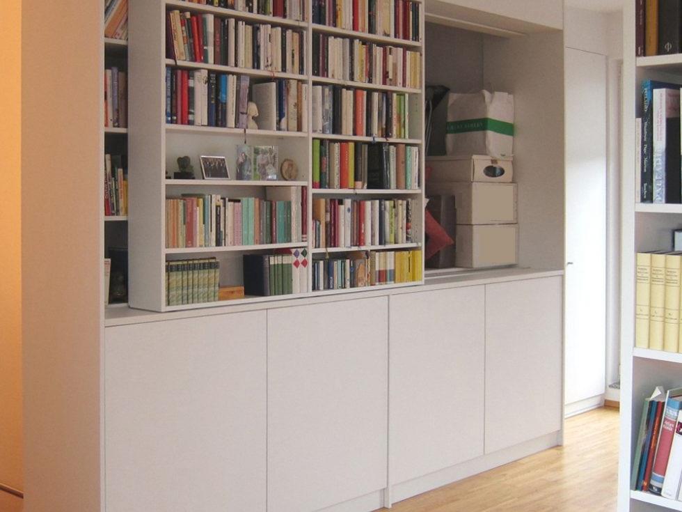 Bücherregal mit Stauraum über der Treppe - geöffnet