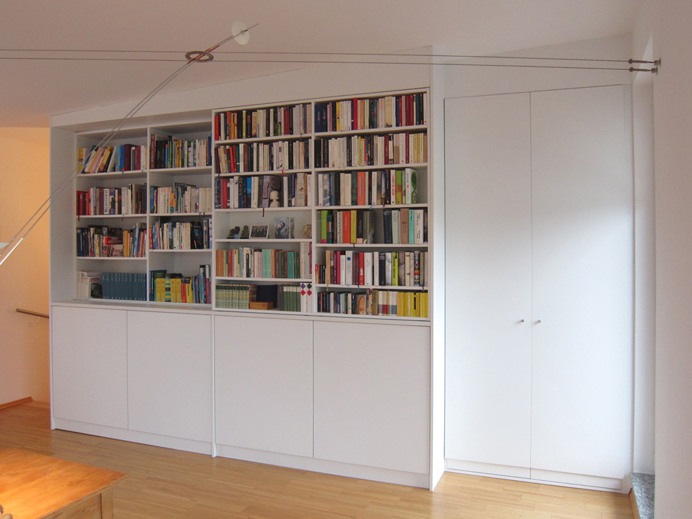 Bücherregal mit Stauraum über der Treppe - geschlossen