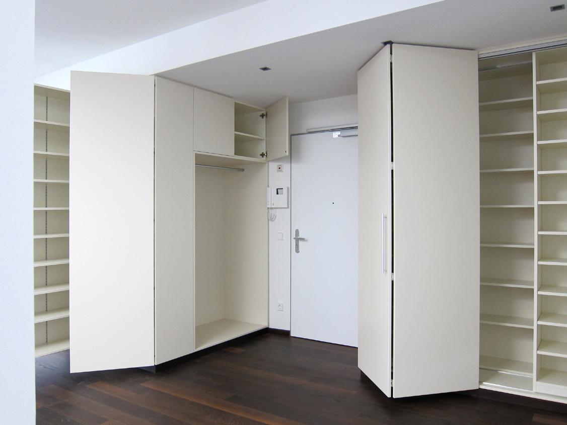 Eingangsbereich im Penthouse - Schränke geöffnet