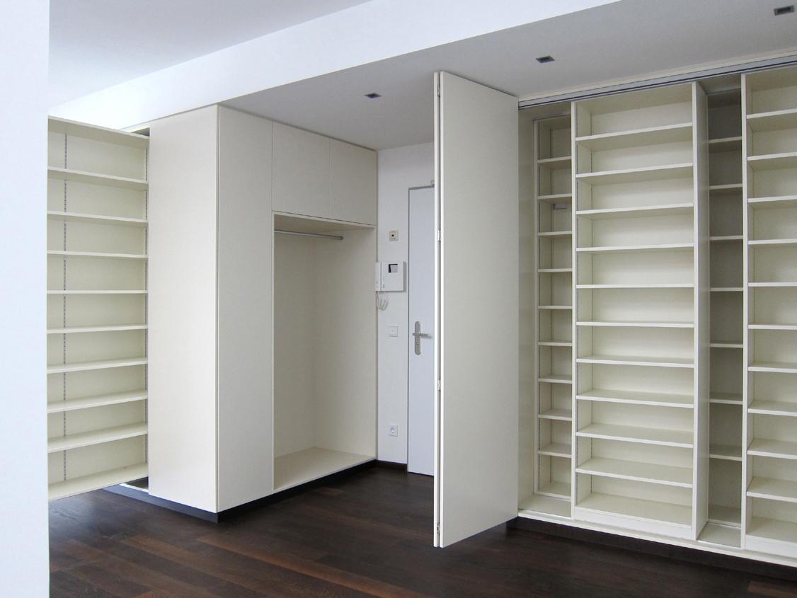 Eingangsbereich im Loft - Schränke geöffnet