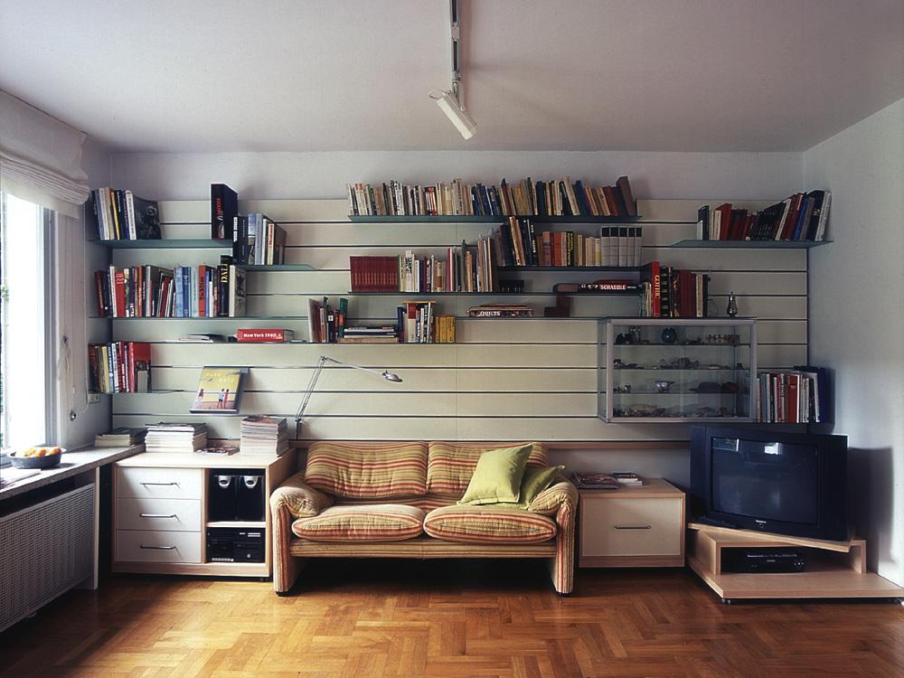 Paneelwand für Bücher und Steine im Wohnraum