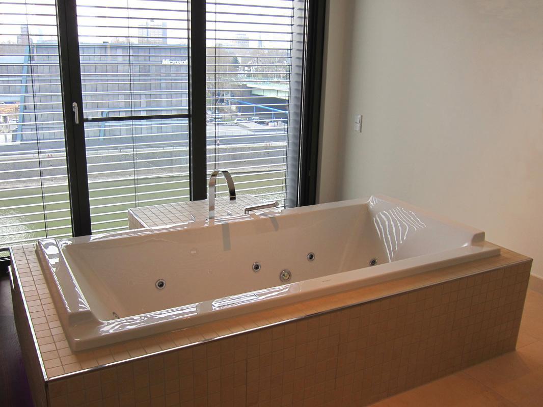 Luxusbad im Penthouse - Wanne mit Sitzplätzen und Aussicht