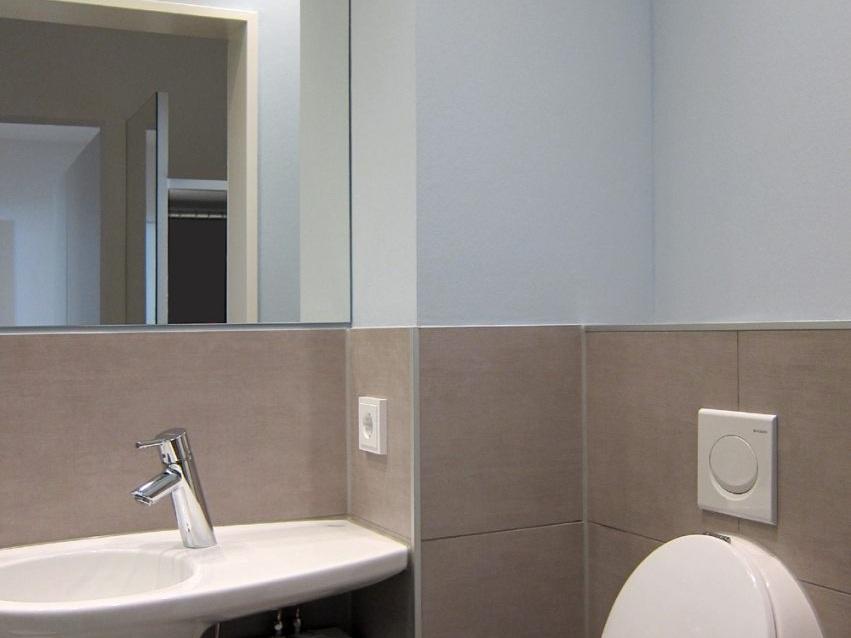 Winziges Gäste-WC - Waschbecken und Urinal