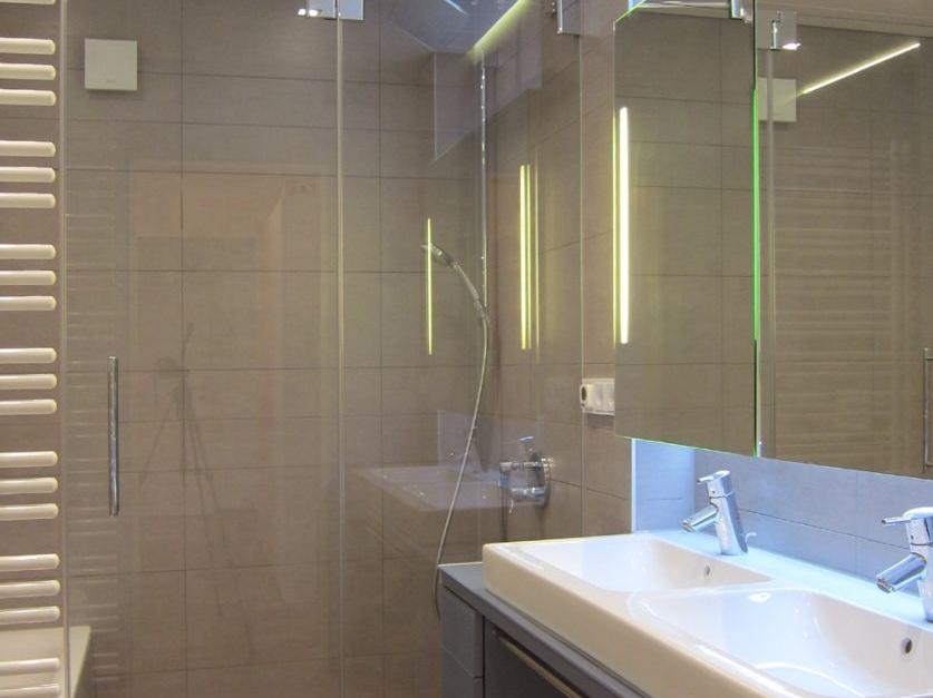 Viel Bad auf wenig Raum - Doppelwaschtisch und Dusche