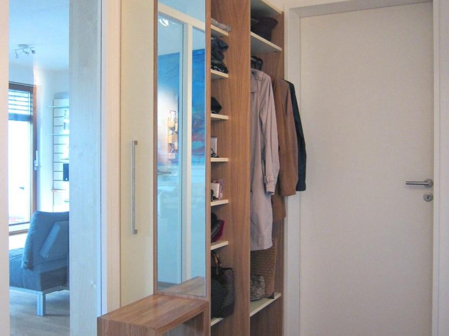 Garderobe mit verstecktem Schuhschrank im Flur