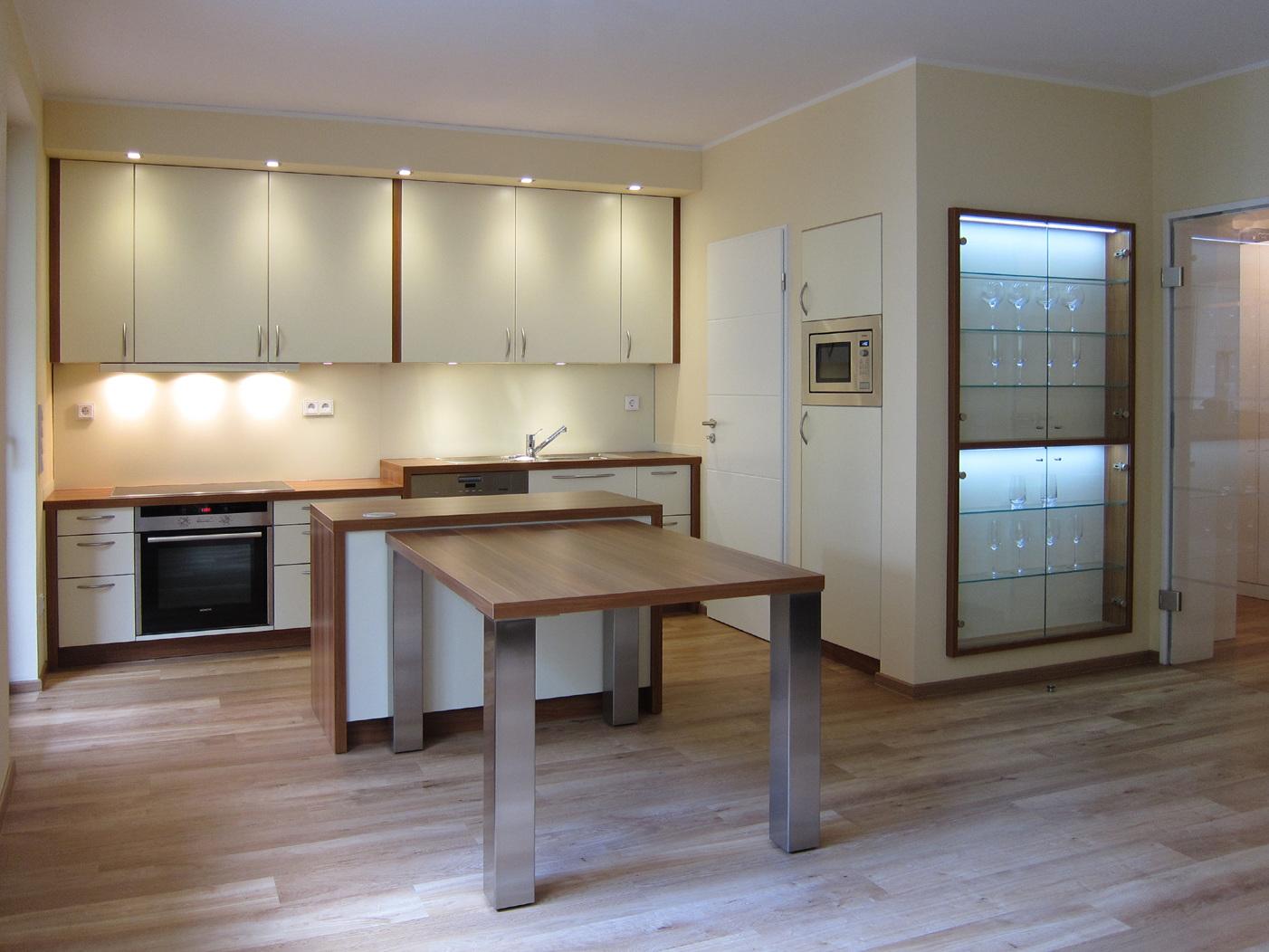 Offene Küche mit Abstellraum und eingebauter Vitrine