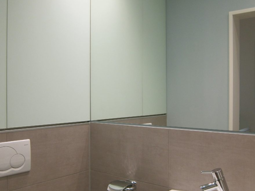 Winziges Gäste-WC - Waschbecken und Einbauschrank