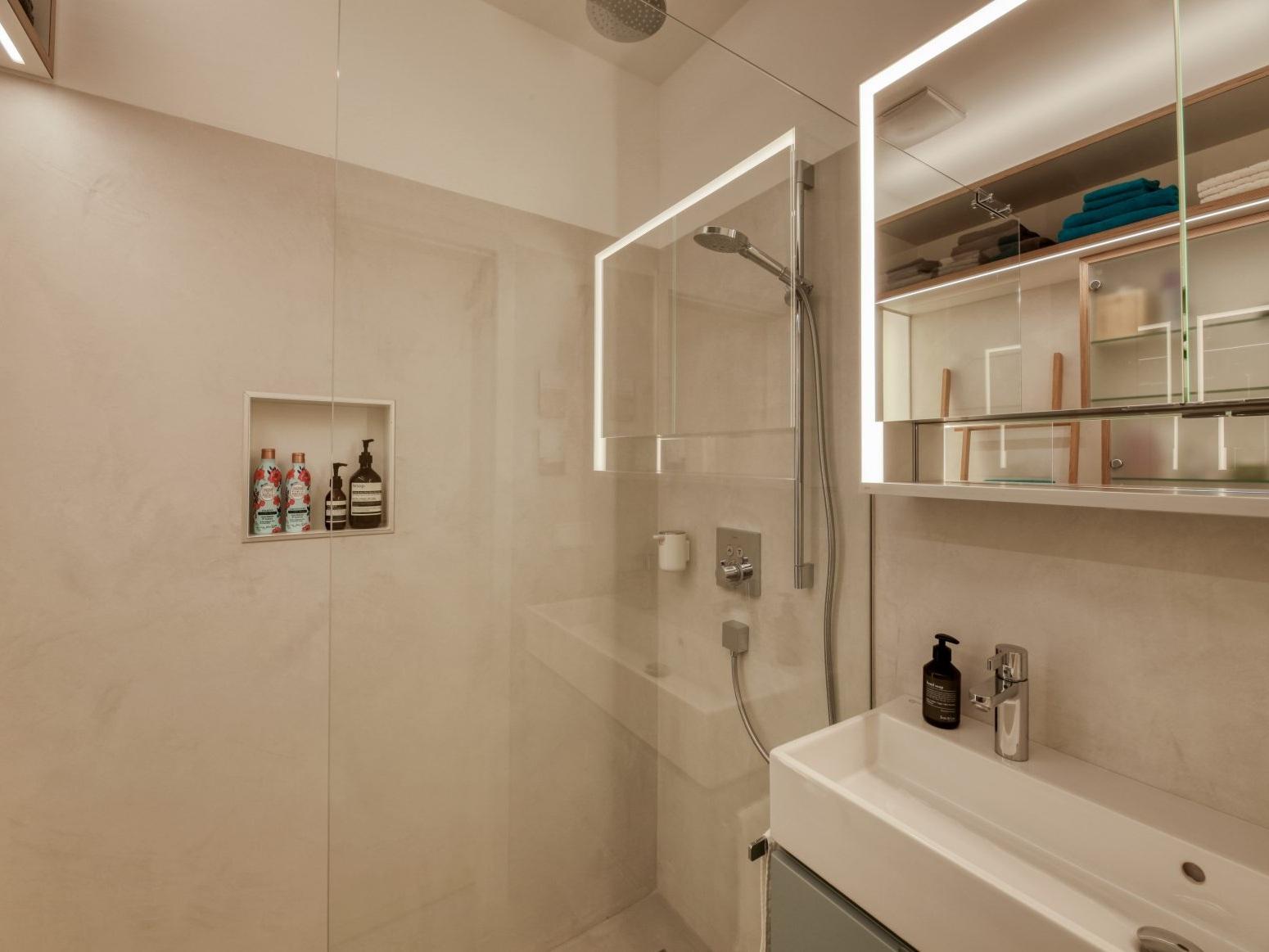 Kleines Raumwunder - Waschtisch und Dusche