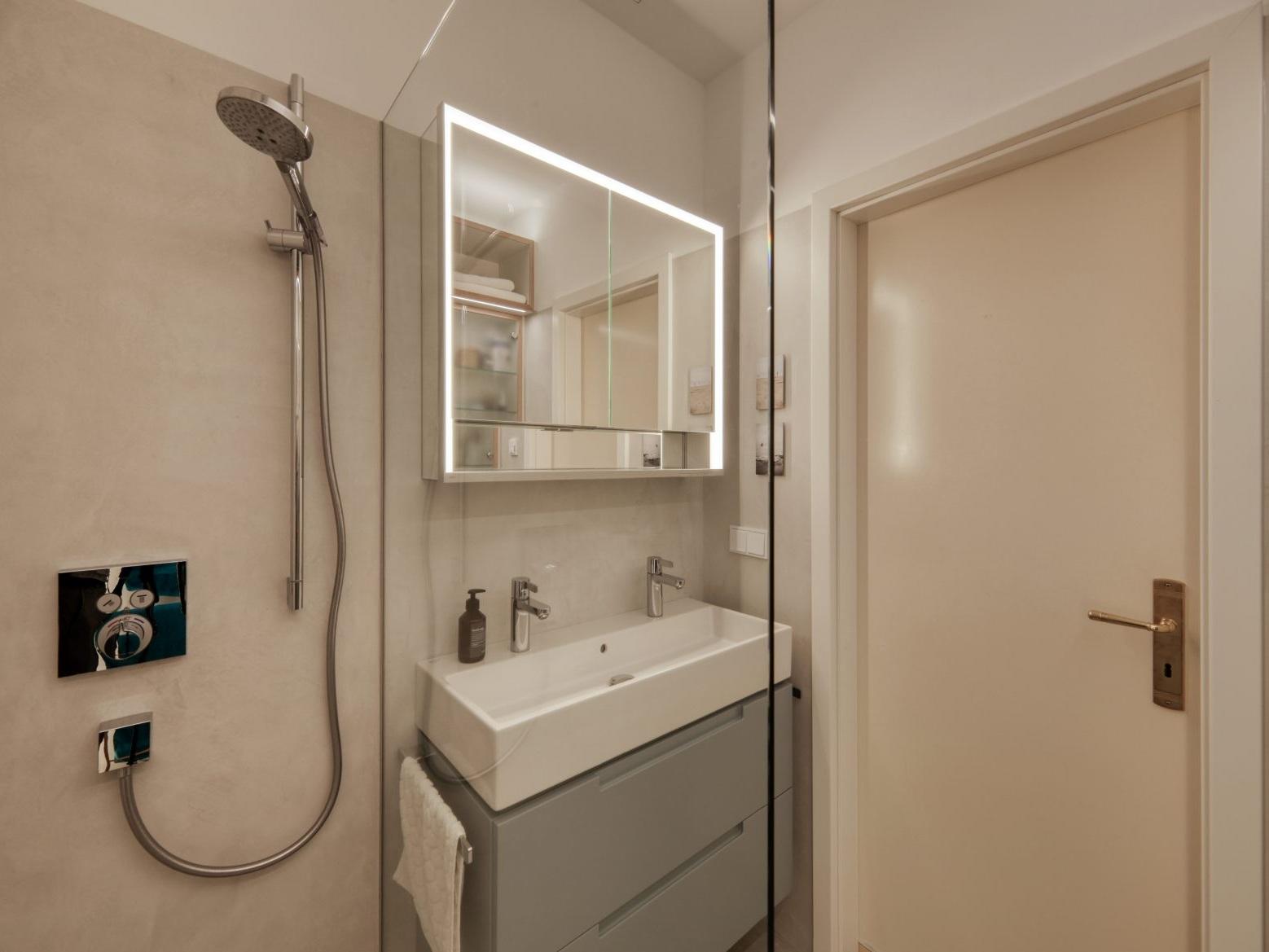 Kleines Raumwunder - Waschtisch und Spiegelschrank