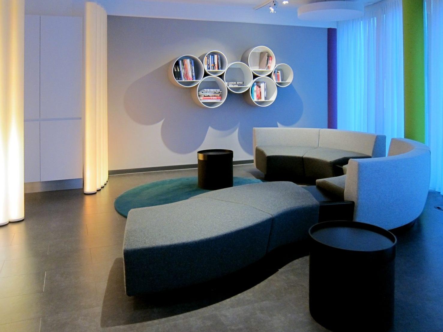 Pausen- und Präsentationsraum - Lounge und Regale