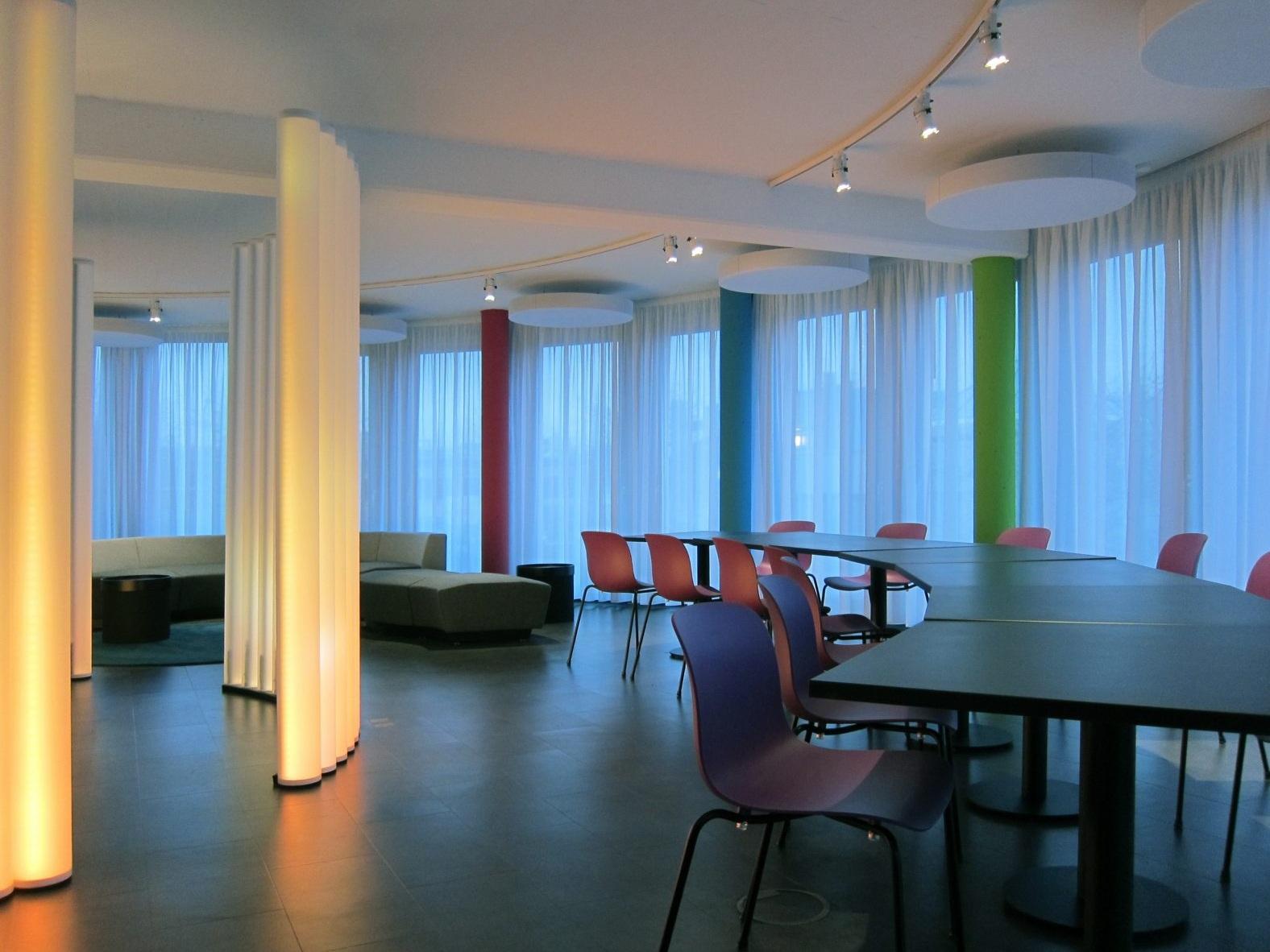 Pausen- und Präsentationsraum - Tische und Lounge