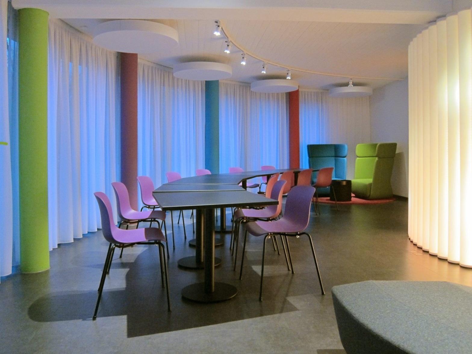 Pausen- und Präsentationsraum - Tische und Sitzgruppe