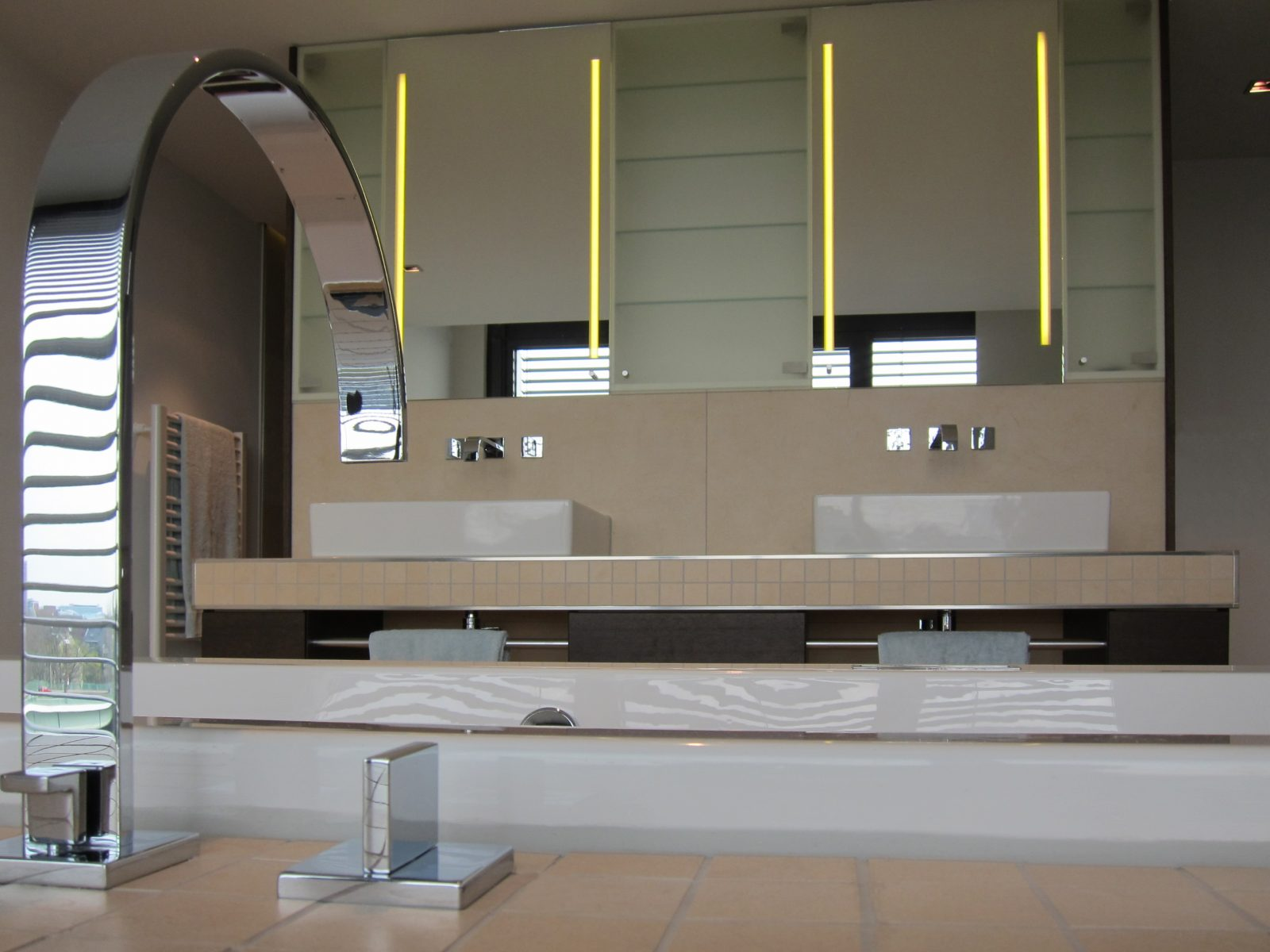 Luxusbad im Penthouse - Wannenarmatur und Waschplätze