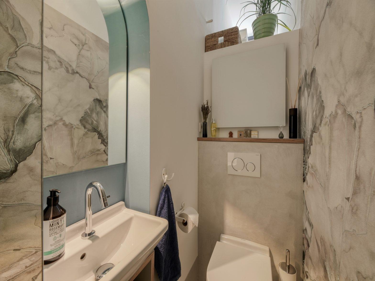 Seerosen im Spiegel - Nische mit Waschbecken