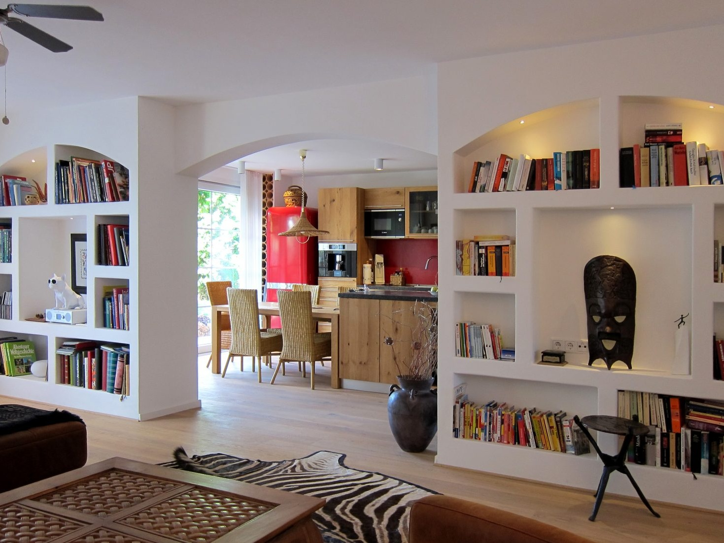 Wie in Südafrika- Gemauertes Regal im Wohnraum