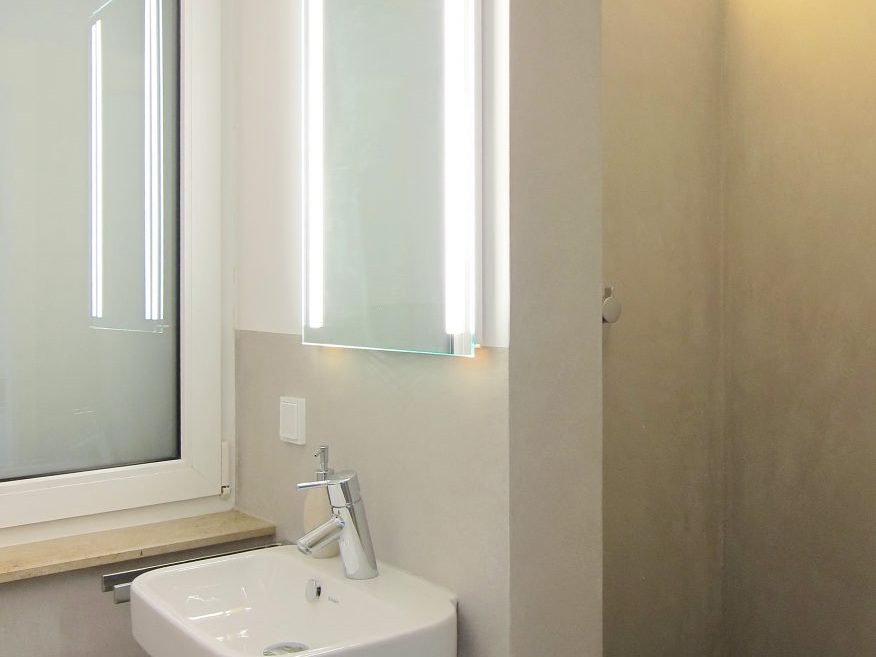 Bad-Kubus im Dachgeschoss - Waschbecken und Dusche