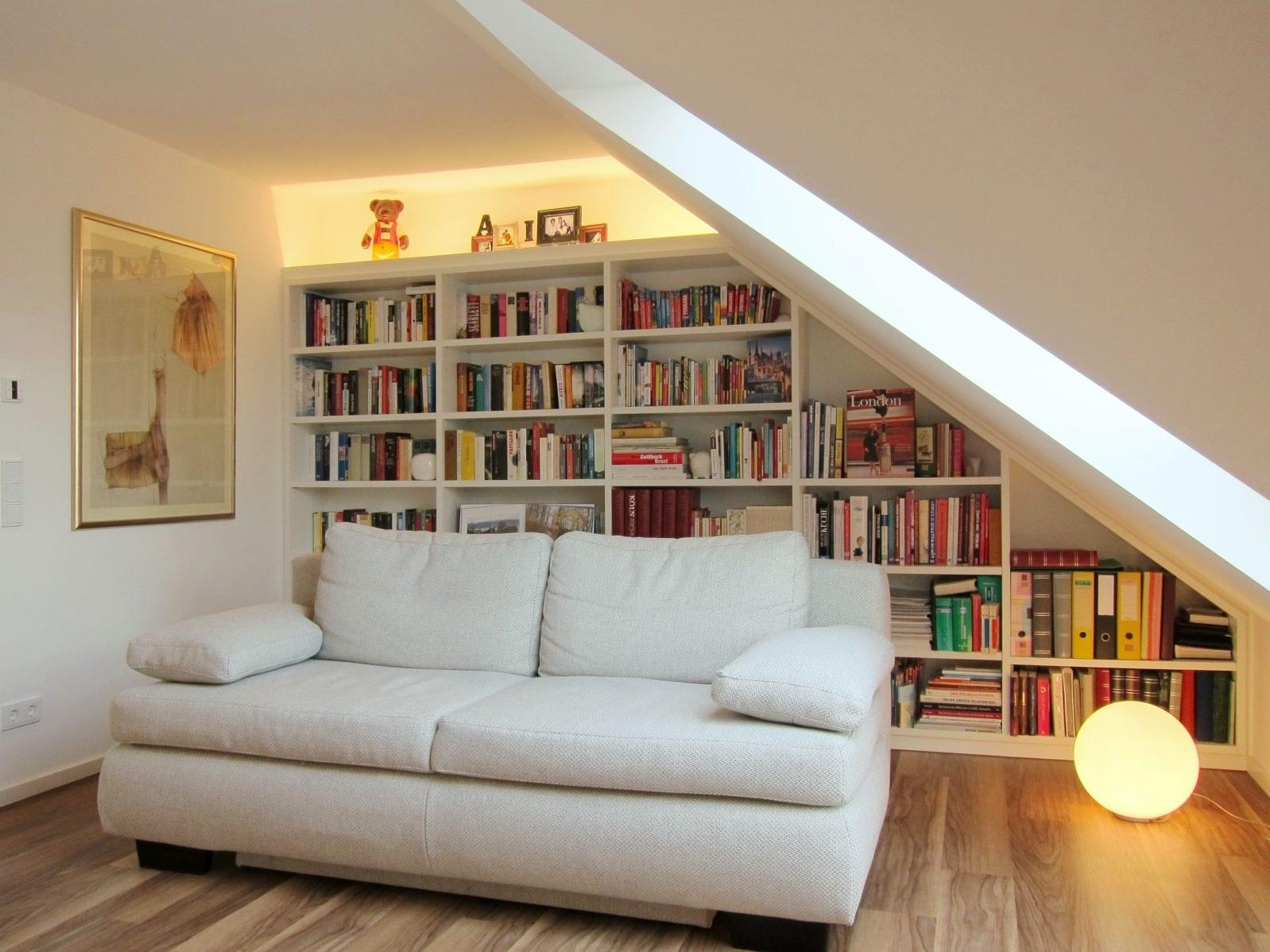 Bücherregal im Dachgeschoss