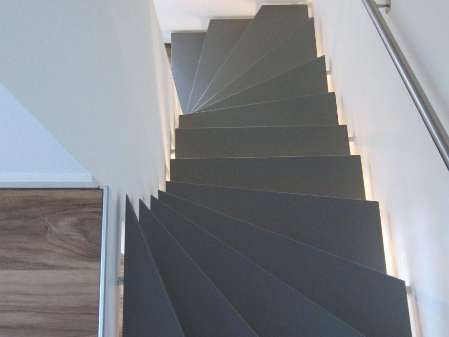 Eine Treppe verschwindet - Stufen lackiert