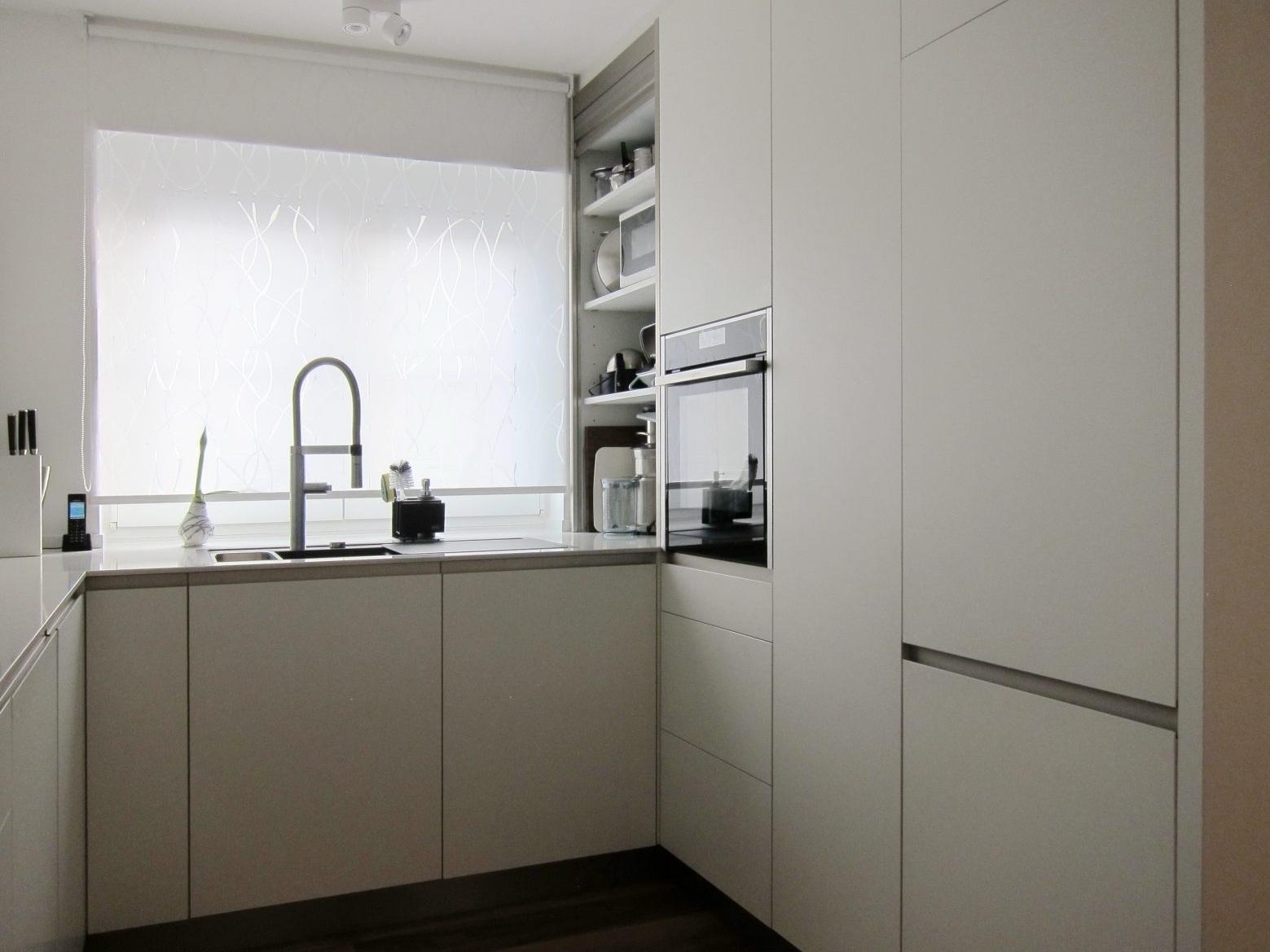 Eine Küche öffnet sich - Rollladen geöffnet