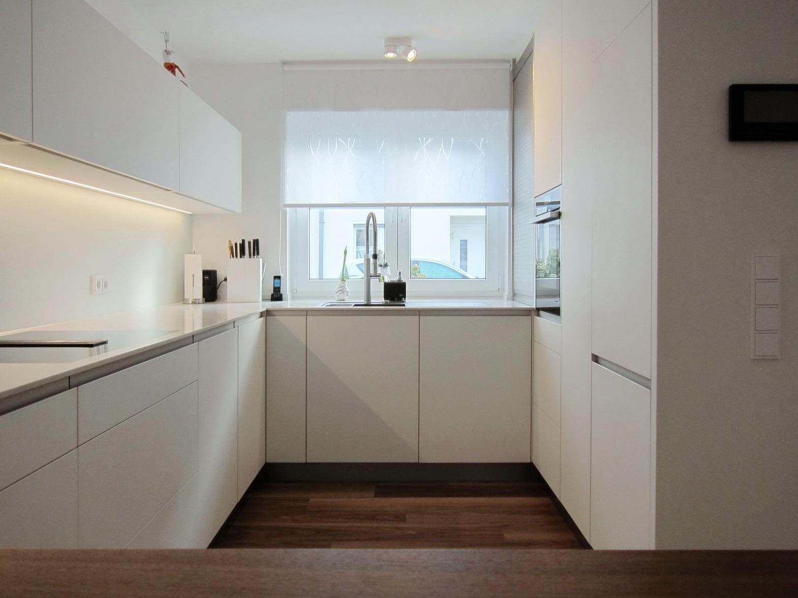 Eine Küche öffnet sich - Blick auf die Spüle