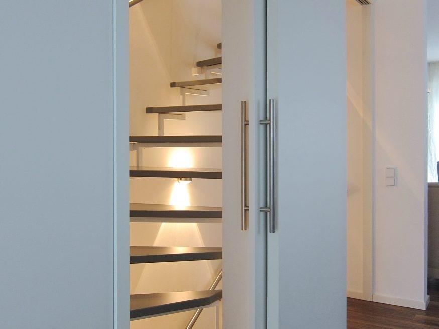 Eine Treppe verschwindet - Schiebetüren geöffnet