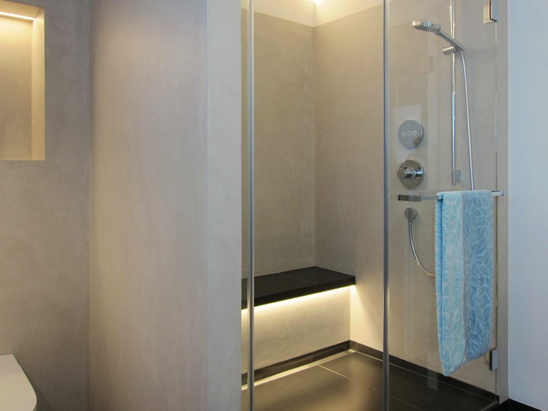 Bad mit Bücherregal - Dusche