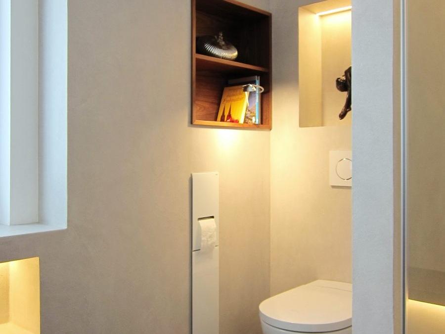Bad mit Bücherregal - WC-Nische