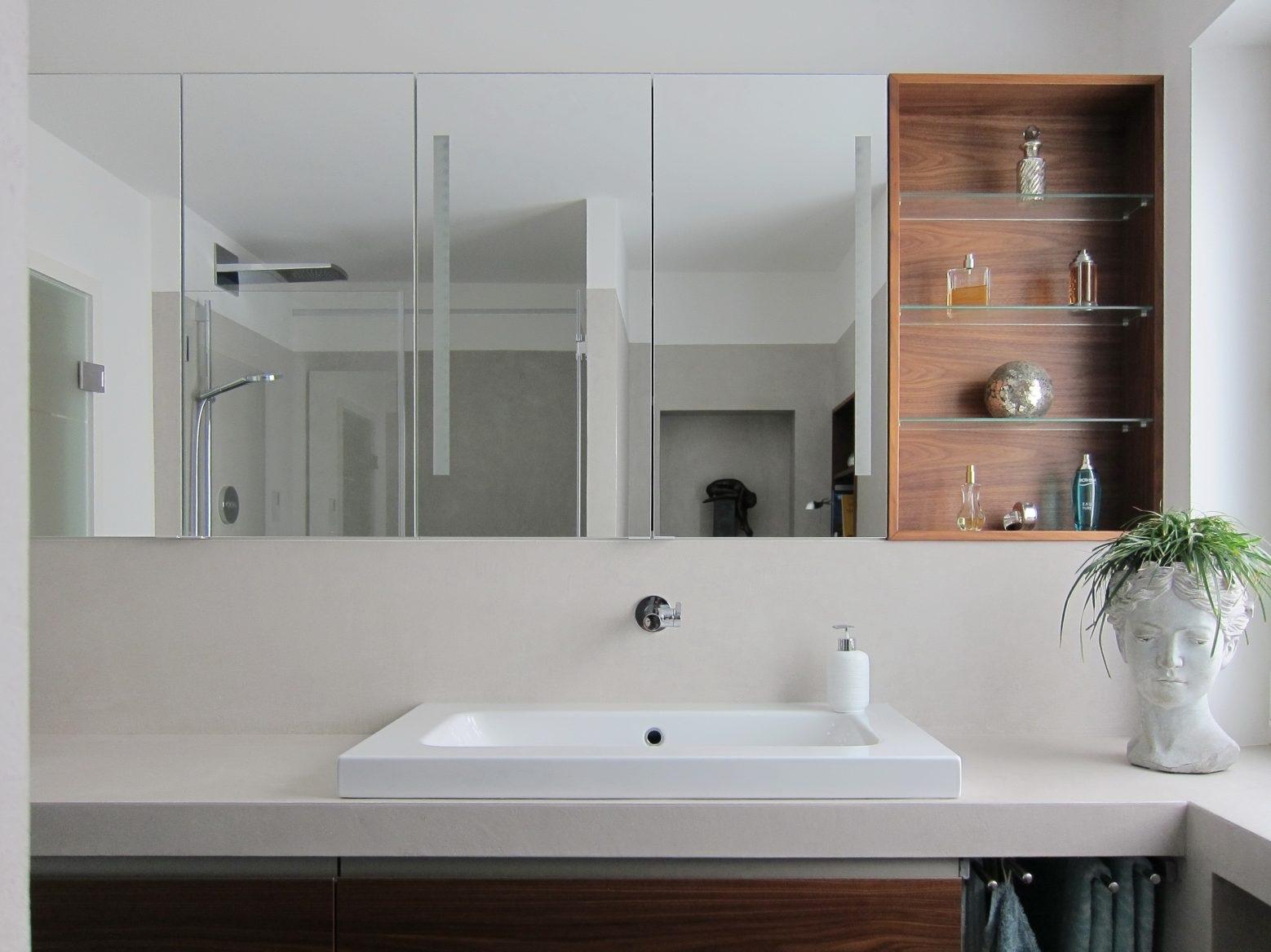 Bad mit Bücherregal - Waschtisch und Spiegelschrank